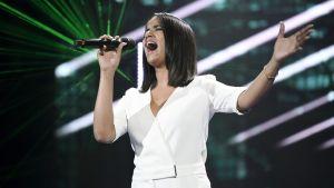 Tika Sevón Liljegren sjunger.