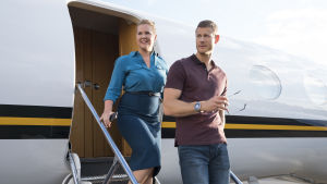 Renée och farligt charmige Grant Avery på trappan till ett flyplan.
