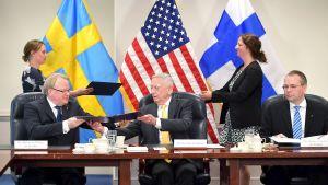 Försvarsministrarrna Peter Hultqvist, James Mattis och Jussi Niinistö.