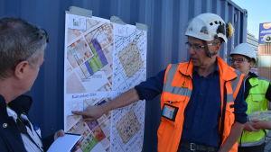 Kari Uotila visar en karta över utgrävningsområdet.