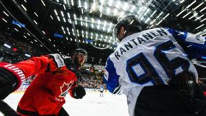 Mikko Rantanen spelar ishockey.