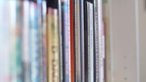 bokryggar i en bokhylla