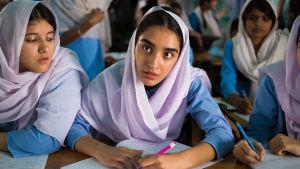 Nisha under en lektion i skolan i Pakistan.