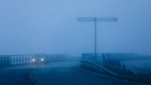 Gränsövergången i Torneå-Haparanda en dimmig kväll.