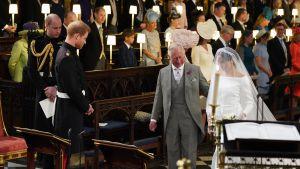 Bruden Meghan Markle ledsagad av prins Charles