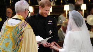 Brudparet får sina ringar
