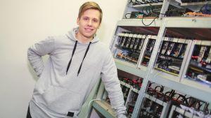 Jonathan Storlund framför sina maskiner som bryter kryptovaluta.