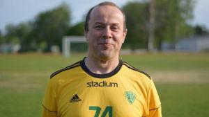 Johan Andberg vid sportplan i Sjundeå.