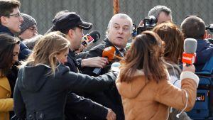 Partido Populars tidigare kassör Luis Barcenas (i mitten) omgiven av journalister efter en rättegång i Madrid den 13 februari.
