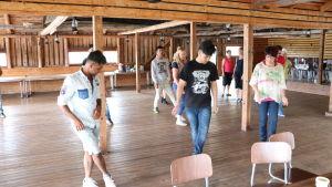 Folk som dansar linedans.