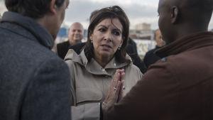 Borgmästaren i Paris Anne Hidalgo träffar invandrare i Paris i april 2018.