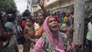 Sörjande kvinnor protester mot att deras anhöriga har dödats eller gripits i polisens räder