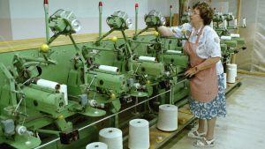 Työntekijä lankakoneella. Pyynikin lankatehdas lopetettu kesäkuussa 1999.