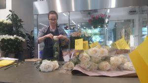 Floristen Anna Montin jobbar i Grankulla.