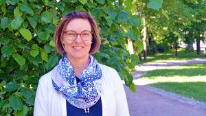 Porträtt på Johanna Backman vid Runebergsparken i Borgå.