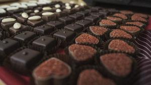 Erimuotoisia ja -värisiä suklaakonvehteja.