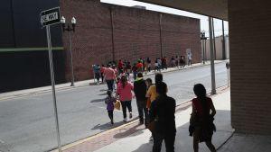 Centralamerikanska immigrantfamiljer beger sig till den katolska kyrkans härbärge efter att gripits av myndigheter