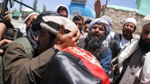 Militanta talibaner möter afghaner i en glädjeyttring på grund av vapenvila