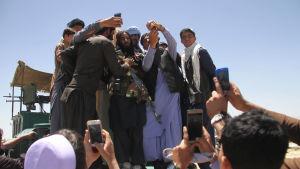 Militanta talibaner träffar afghanska civila och firar eid al-fitr tillsammans i Ghazni