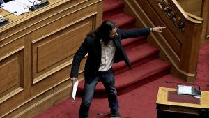 Konstantinos Barbaroussis(från partiet Gyllene Gryning) debatterar i parlamentet i Aten den 15 Juni 2018. Han anklagade regeringen för högförräderi.