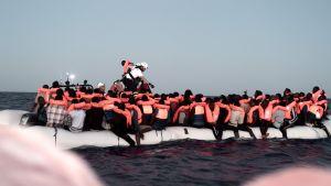 Räddningsoperation innan flyktingarna tas ombord på räddningsfartyget Aquarius