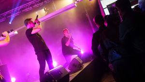 """Bastupojkarna uppträder på evenemanget """"X3M på Drakan""""."""