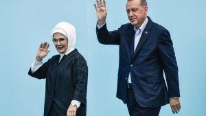 Recep Tayyip Erdogan och hans hustru Emine. Valkampanj 17.6.2018 i Istanbul.