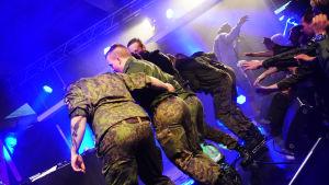 """Beväringar dansar på scenen på evenemanget """"X3M på Drakan""""."""
