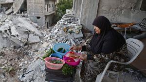 Kvinna i den kurdiska staden Afrin i Syrien 26.5.2018 efter den turkiska offensiven.