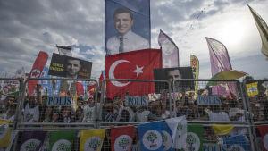 Selahattin Demirtas för sin valkampanj från en fängelsecell.