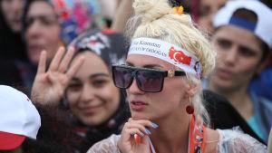 Kvinna som stöder president Recep Tayyip Erdogan