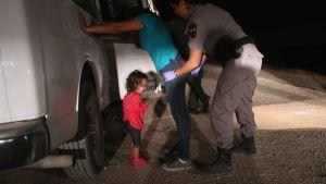 Ett två år gammalt barn till honduranska asylsökare grät medan hennes mamma greps i Texas, i närheten av den mexikanska gränsen den 12 juni 2018.