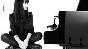 Kvinna sitter vid piano