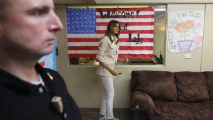 Melania Trump skriver autograf på flaggaffish i flyktingcenter