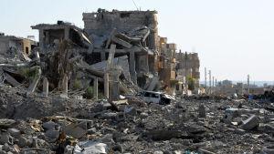 Stora delar av provinshuvudstaden Raqqa ligger i ruiner efter en blida bombningar och strider i fjol höstas