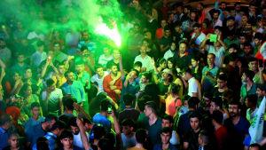 Det prokurdiska partiet HDP:s anhängare i Istanbul jublade då det blev klart att partiet klara tioprocentsspärren till parlamentet