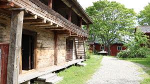 En gammal trähusbyggnad i Kristinestad.