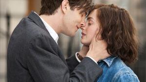 Mies ja nainen melkein suutelevat toisiaan.