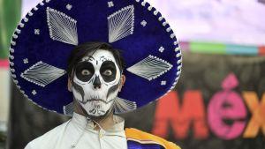 person i mexiko iklädd ansiktsmask