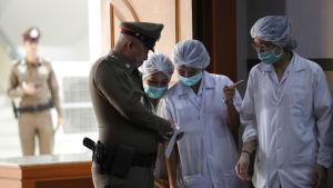 Läkare vid sjukhuset där de räddade thailändska fotbollspojkarna vårdas pratar med militärtalesman.