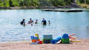 Barn i Folkhälsans simskola.