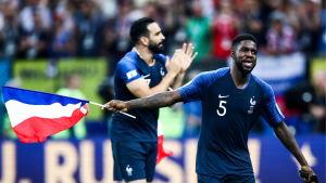 Samuel Umtiti med Frankrikes flagga