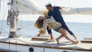Den unga Donna dansar på däcket till den unge Bills segelbåt.