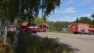 Brandbilar på väg för att släcka branden i Pyhäranta.