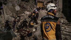 Räddningsarbetare från Vita hjälmarna letar efter överlevande i rasmassor i Idlib, Syrien i april 2018.
