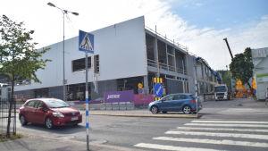 En byggnad i Lojo som håller på att byggas. Det är Sokos.