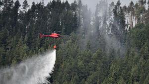 SMHI varnar för extrem brandrisk i södra Sverige i slutet av veckan. De värsta bränderna härjar som bäst i Dalarna