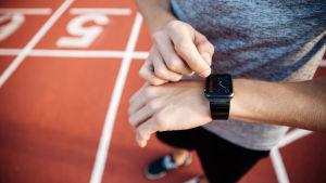 En person som tränar med en smartklocka på armen