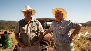 Darryn och Robert Smart står framför Roberts fars gamla Dodge-traktor från 40-talet. Kulhålen i fönsterrutan är ändå från förra sommaren.