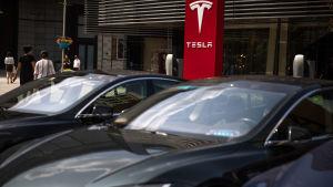 Teslabilar laddas utanför bolaget högkvarter i Peking i Kina den 25 juli 2018.